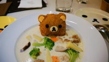 Cơm với cả súp kem nấm, nhưng mà ko ngon lắm